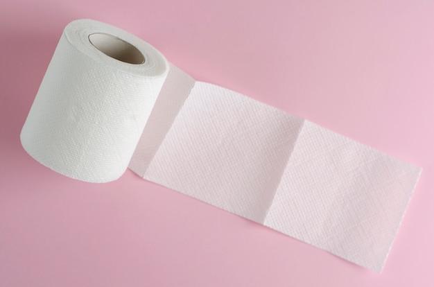 Enkele witte wc-papierrol op pastelroze Premium Foto