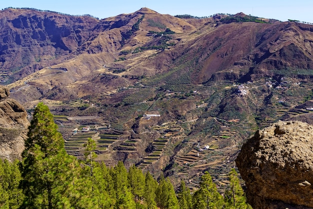 Enorme berg op het eiland gran canaria met huizen en wegen op de steile helling. canarische eilanden. europa. Premium Foto