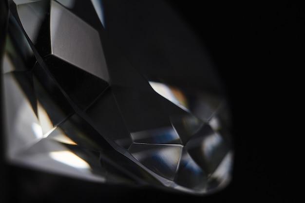 Enorme diamant en verschillende chique kristallen op een gradiënt spiegelend oppervlak, glinsteren en schitteren Premium Foto