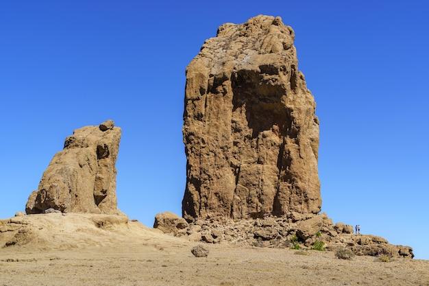 Enorme verticale rots genaamd roque nublo op het eiland gran canaria. beschermd natuurpark. spanje. Premium Foto