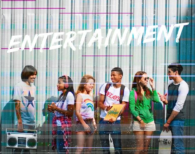 Entertainment word overlay jonge mensen Gratis Foto