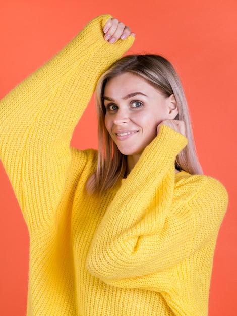 Enthousiaste vrouw poseren middellange schot Gratis Foto