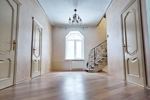 Entree hal met trappenhuis. viewsteps met smeedijzeren leuningen Premium Foto