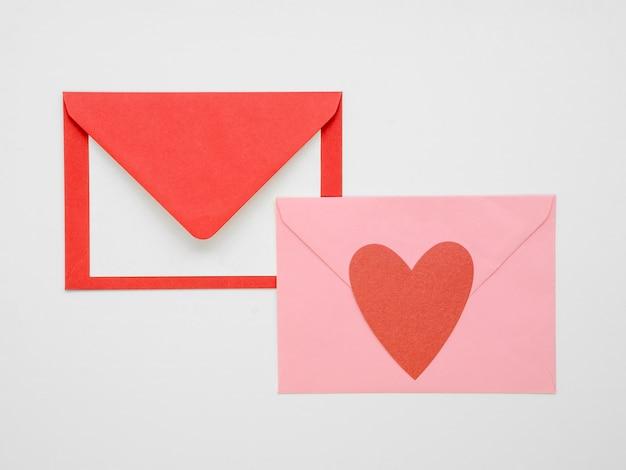 Envelop met harten bovenaanzicht Gratis Foto