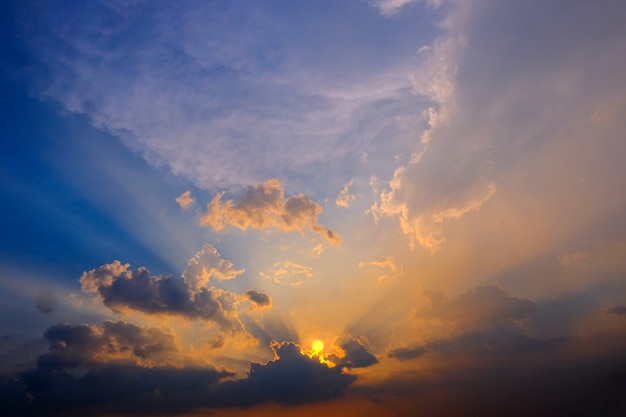 Epische dramatische de zonsonderganghemel van zonsondergang mooie geeloranje en blauwe kleuren voor achtergrond. Premium Foto