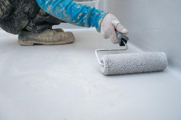 Epoxyverf op concrete vloer voor industrieel de pakhuis van de waterbewijsbescherming in japan Premium Foto