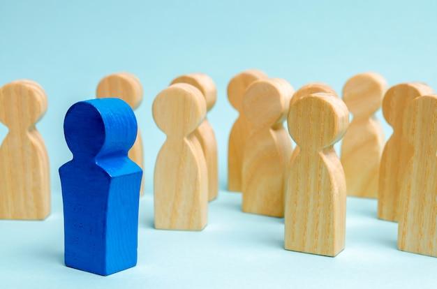 Er komt een man uit de menigte. commercieel team. mensen aantrekken om te werken. Premium Foto