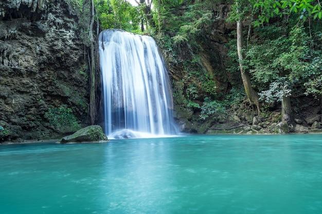 Erawan watervallen (derde verdieping), tropisch regenwoud bij srinakarin dam Premium Foto