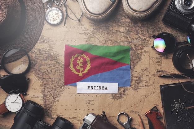 Eritrea-vlag tussen de accessoires van de reiziger op oude vintage kaart. overhead schot Premium Foto