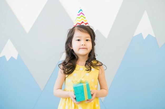 Ernstig feestvarken met kleine geschenkdoos Premium Foto