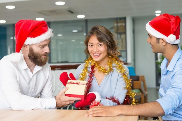 Ernstige baas wenst merry christmas aan werknemers Gratis Foto
