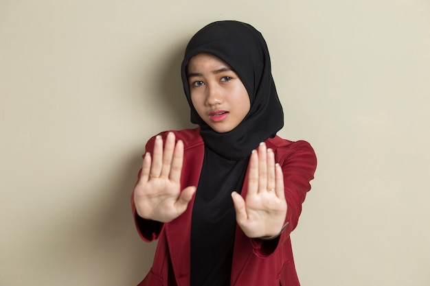 Ernstige boos aziatische moslimvrouw die het gebaar van de stophand toont Premium Foto