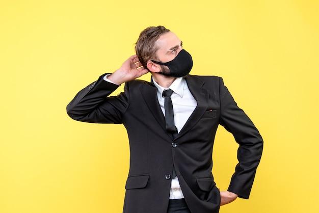 Ernstige man brainstormen over nieuwe plannen op geel Gratis Foto