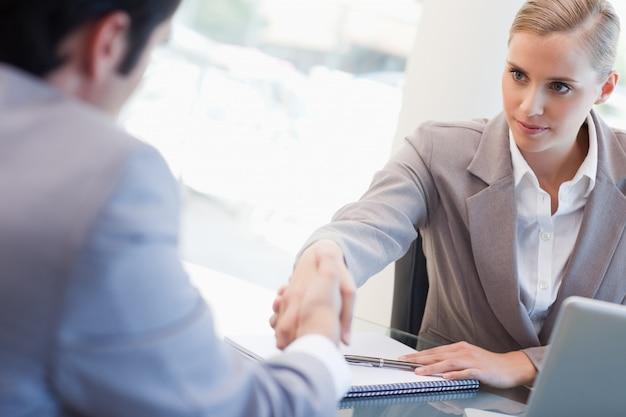 Ernstige manager die een mannelijke kandidaat interviewt Premium Foto