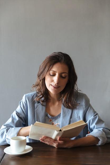 Ernstige vrouw leesboek. Gratis Foto