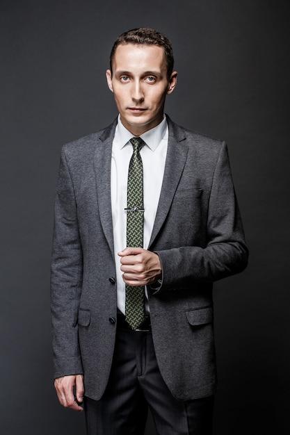 Ernstige zakenman die grijze kostuum en band draagt Premium Foto