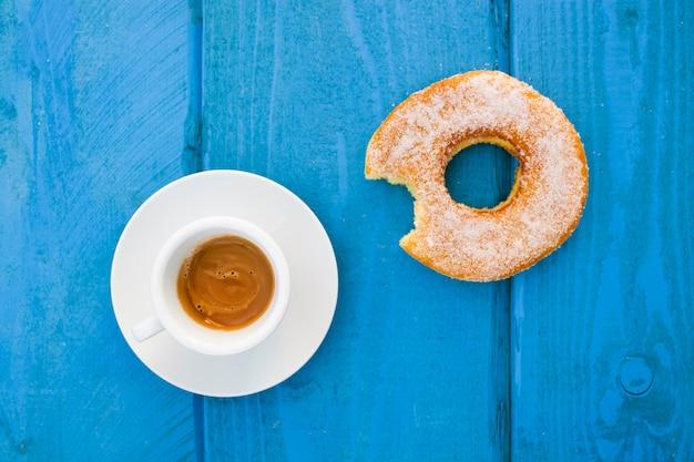 Espresso met geglazuurde donut Gratis Foto
