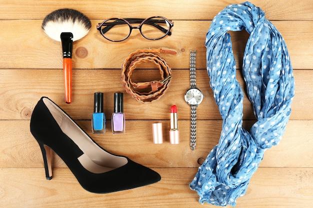Essentials mode vrouwen objecten op hout Premium Foto