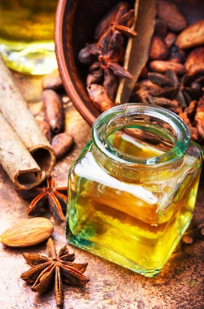 Essentiële kaneelolie in fles Premium Foto