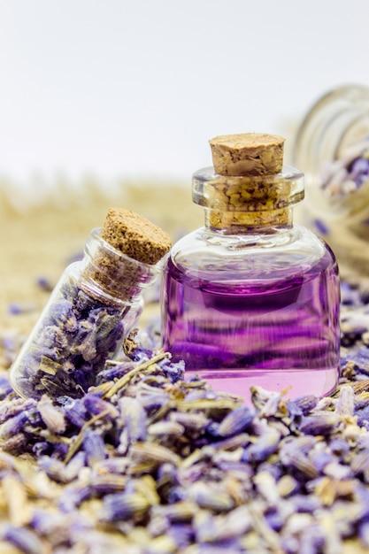 Essentiële olie van lavendel. selectieve aandacht. natuur bio bloemen. Premium Foto