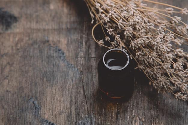 Essentiële oliën en lavendel op houten tafel. lavendel spa, wellness met lavendel Premium Foto