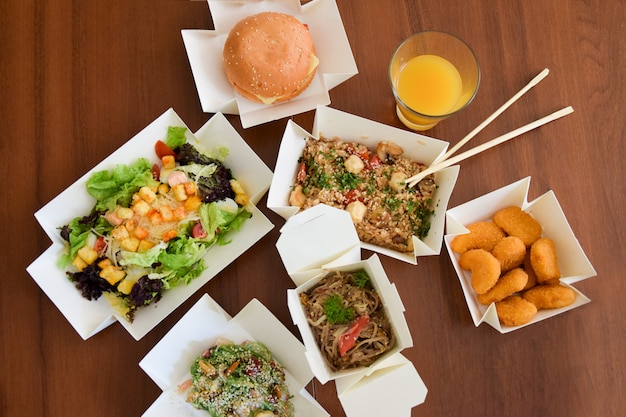 Eten van de levering op een houten tafel Premium Foto