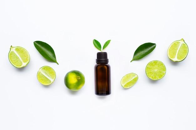 Etherische olie met limoenen en bladeren Premium Foto