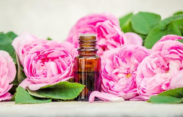 Etherische olie van roos op een lichte achtergrond. selectieve aandacht. Premium Foto