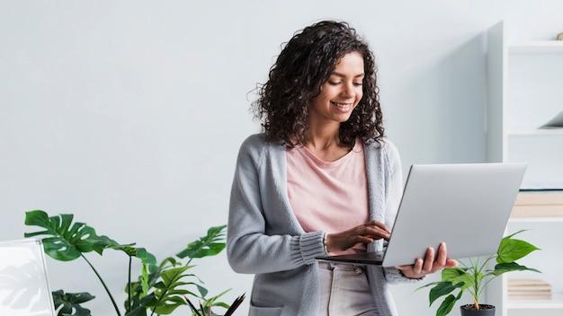 Etnische jonge werknemer die bij laptop werkt Gratis Foto