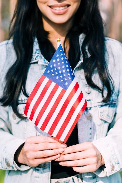 Etnische vrouw die amerikaanse vlag houdt Gratis Foto