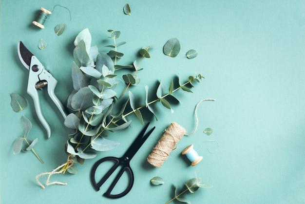 Eucalyptusboeket creëren met babyblauwe eucalyptustakken Premium Foto