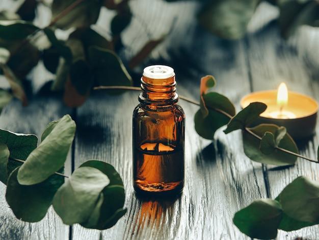 Eucalyptusolie en eucalyptusbladeren. Premium Foto