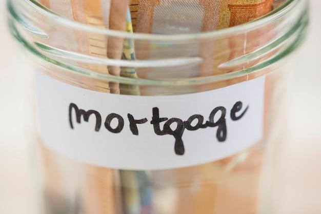 Euro-bankbiljetten sparen voor de hypotheek in de glazen pot Gratis Foto
