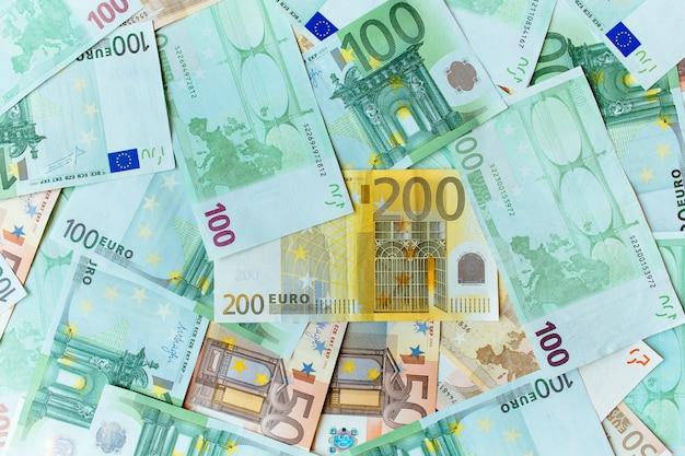 Euro contant geld achtergrond. veel bankbiljetten van de euro Gratis Foto