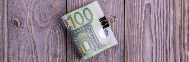Euro contant geldbankbiljetten op donker hout Premium Foto