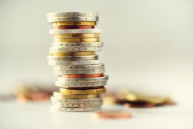 Euro geld, valuta. succes, rijkdom en armoede, armoedeconcept. euro-muntenstapel op grijs Premium Foto