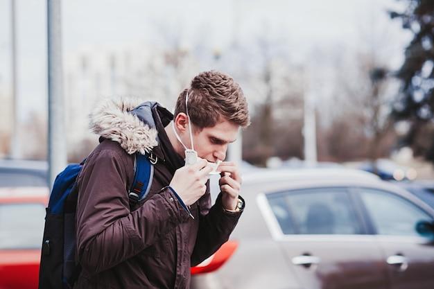 Europese man zet zijn beschermend masker af Premium Foto