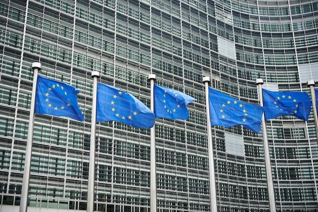 Europese vlaggen voor het berlaymont-gebouw, hoofdkwartier Premium Foto