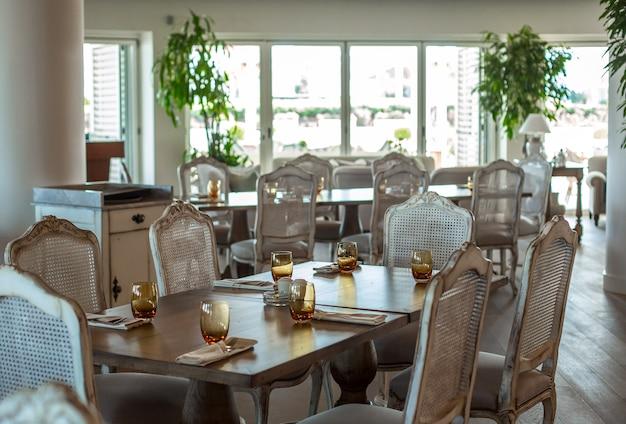 Evenementhal houten tafel met rustieke stoelen Gratis Foto