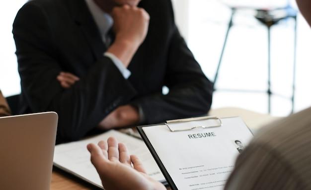 Examinator lezen van een cv tijdens sollicitatiegesprek op kantoor bedrijfs- en human resources-concept. Premium Foto