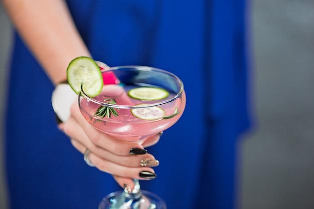 Exotische cocktail en vrouwelijke handen Gratis Foto