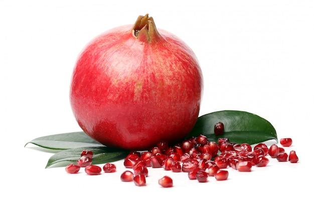 Exotische en heerlijke granaatappel op witte achtergrond Gratis Foto