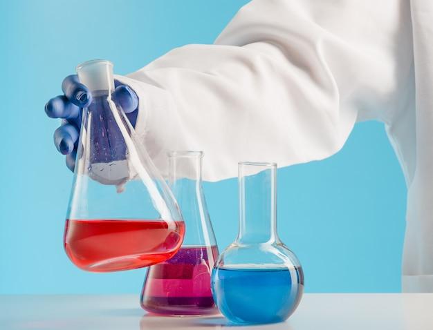 Experimenten in een chemielab. een experiment uitvoeren in het laboratorium. Gratis Foto