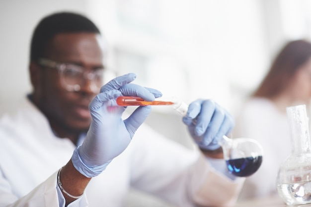Experimenten in het chemisch laboratorium. in een laboratorium werd een experiment uitgevoerd in doorzichtige kolven. Gratis Foto