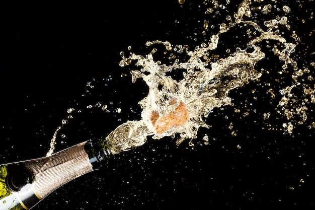 Explosie van spattende champagne mousserende wijn Premium Foto
