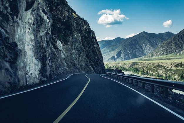 Express en gevaarlijke weg aan de rand van de berg Premium Foto