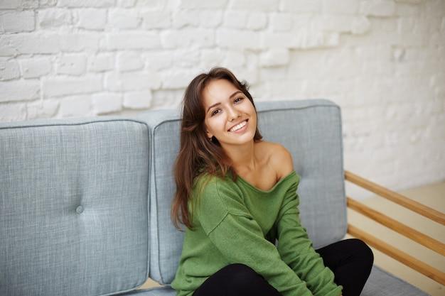 Expressieve jonge vrouw poseren Gratis Foto