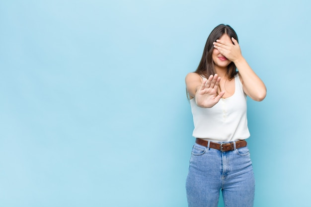 Expressieve mooie jonge vrouw Premium Foto