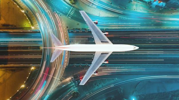 Expressway aerial top view, wegverkeer een belangrijke infrastructuur en luchtvervoer en doorvoer. reizen en transport bedrijfsconcept Premium Foto