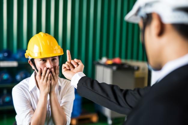 Fabrieksmanager schreeuwt naar zijn werker Premium Foto
